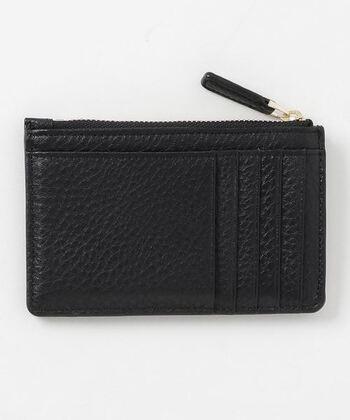 裏側のポケットにはカードが複数枚入り、ファスナーつきなので、簡易的なミニウォレットとして使うこともできますよ。