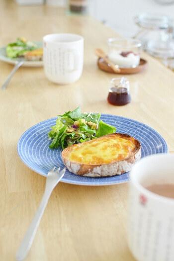 テーブルにさわやかさと清潔感を運んできてくれるプレート「24h Avec」。和食にも洋食にもオールマイティーに使える北欧生まれの便利なお皿を、あなたの日常の1ページに加えてみませんか?