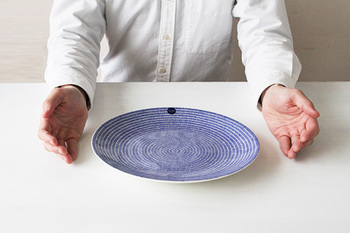 26cmプレートは、お刺身やお寿司を盛り付けたり、みんなでつつく大皿料理を盛り付けたり、数種類のパンを盛り付けても似合います。