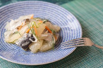 白地にブルーの細かい線模様が入ったお皿は、清楚な印象でクセがなく、洋食のみならず和食にも使えます。主張しすぎない柄なので、無地のお皿感覚で使えちゃうのもうれしいですね。