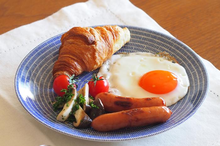 目玉焼きにウインナー、パンというモーニングプレートにもおあつらえ向き。朝・昼・晩と、一日中食卓で活躍できるポテンシャルの高さが魅力ですね。