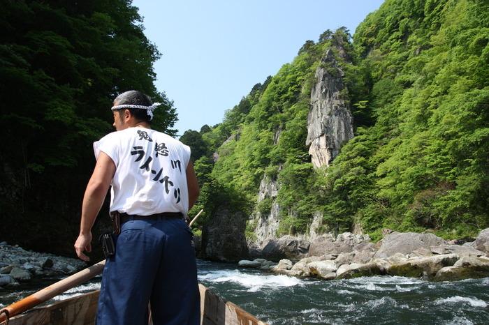 船頭さんの見事な櫂さばきで、川をどんどん下っていきます。途中カーブや岩場があり迫力満点。とはいえ、約40分の船旅のほとんどは緩やかな流れなのでどうぞご安心を。先ほどご紹介した「楯岩」のそばも通るので、ぜひ間近で岩の大きさを感じてみてくださいね。