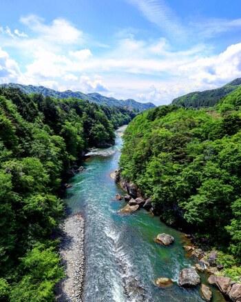 吊り橋からは、鬼怒川の渓流や山々が一望できます。青い空と木々の緑、雄大な川…深呼吸したくなる気持ち良さです。橋の高さは40mあるので、ちょっとしたドキドキ感も味わえますよ。