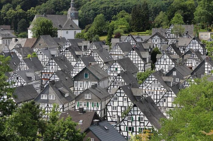 整然と並んだモノトーンの家が印象的なフロイデンベルク。ドイツらしい田舎町でありながら、他の都市とは全く違った静かな魅力を持つ場所です。人気はありますが超定番スポットよりは観光客が少ないので、ゆっくり過ごせるのではないでしょうか。