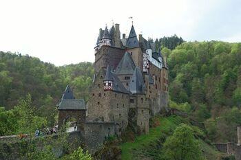 エルツ川沿いの山地に建つエルツ城。ドイツ三大美城の1つです。最寄りのモーゼルケルン駅からこの城まで約1時間のハイキングコースがあるので、自然を肌で感じながら歩きたい人はぜひトライしてみてください。