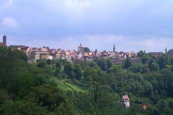 緑に囲まれた自然の中に、中世都市や美しい城などが点在するロマンチック街道。ヴュルツブルクからフュッセンまで続く約400キロのルートには、リピーターを含めた観光客が世界中からやってきます。  ドイツのイメージと言ったら、このロマンチック街道が思い浮かぶという人も多いのではないでしょうか。