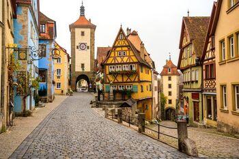 ロマンチック街道で絶対に立ち寄ってほしいのが、ローテンブルク。石畳、木組みの家、オレンジの三角屋根、カラフルな家の壁など。美しく可愛らしいドイツ文化が詰まった町です。