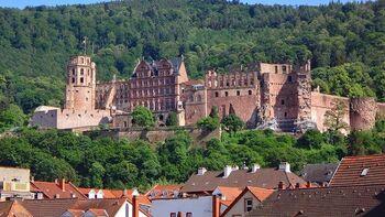 戦争によって破壊され、廃墟となった城。しかしその歴史を物語る風情が美しく、多くの人を魅了しています。このハイデルベルク城では、夏に開催される芸術祭も注目したい見どころの1つです。