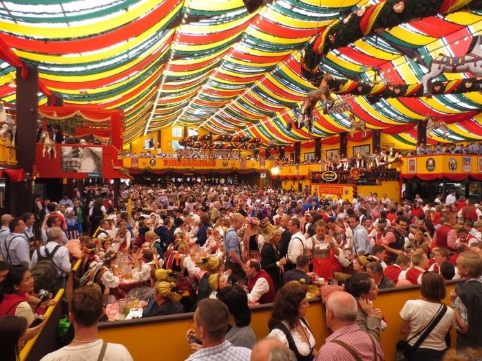 日本でもドイツ風オクトーバーフェストがイベント化されていますが、やはり醍醐味は本場で体験するに限ります。10月の第1日曜日を最終日とする16日間、ミュンヘン市内で開催される恒例行事。民族衣装を着たドイツの人たちと一緒に、巨大なビールを飲みながら盛り上がりましょう。