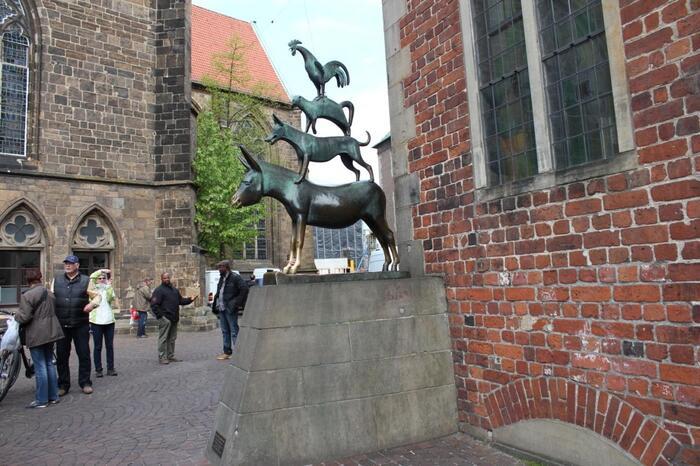 グリム童話の有名なお話「ブレーメンの音楽隊」で、動物たちが新しい暮らしを求めてやってくる町。観光ポイントは、世界遺産であるマルクト広場と、そこに立つ自由と独立の象徴「ローラント像」。