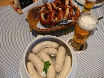 ビールのお供には、バイエルン州で親しまれている伝統的な白ソーセージ、ヴァイスヴルストを。香辛料が練りこまれていて、ビールがさらに進むような風味豊かな美味しさ。独特のなめらかな食感がたまりません。
