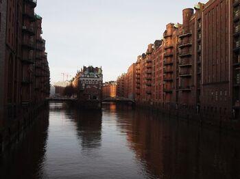 世界屈指の国際商業都市ハンブルクは、レンガ色の歴史ある建物と、斬新さが目を惹く近代建築が共存しています。港に建てられた倉庫街と、傑作と称されるチリハウスは必見。共に世界遺産に登録されています。