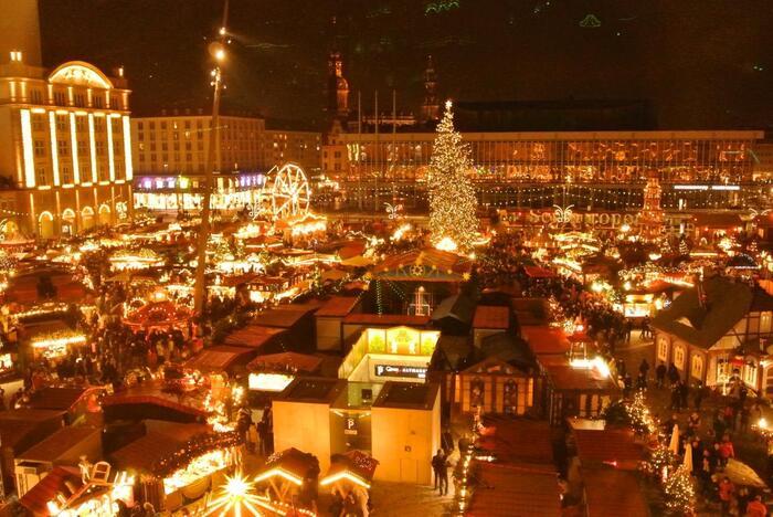 ベルリンから電車で約2時間の場所にあるドレスデンの名物は、世界最古のクリスマスマーケット。旧市街のアルトマルクト広場をはじめ、町全体がクリスマスカラーに染まります。