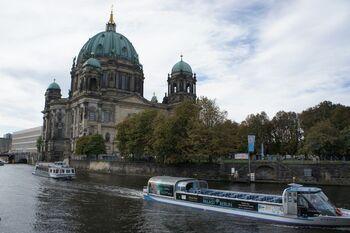 アートや音楽の町でもある首都ベルリン。ドイツでは「ベルリンはドイツではない」という人もいるほどマルチな文化が交錯しています。また、歴史的に見ても世界において重要な場所の1つです。  そんなベルリン観光のおすすめは、市内に流れるシュプレー川のクルーズ。約1時間(料金は15ユーロ前後)で世界遺産である博物館島や国会議事堂など主要な名所を水上船から見渡すことができます。ドイツビールを飲みながら、ゆったりと観光を!