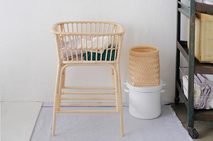 脚付きの脱衣籠は、かがまずに使えますし、床から離れているので衛生的です。脱衣所だけではなく、リビングやキッチンでも便利に使えるアイテムです。