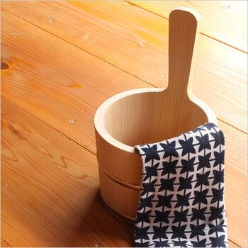 さわらを使った手触りの良い手桶です。さわらは湿気に強く、お風呂用品には昔から使われていた素材です。丸みを帯びたフォルムに惹かれます。