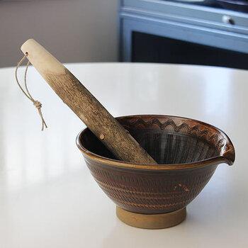 山椒の木で作られたすりこぎは、手触りもよく、ゴマやナッツを香り高くすりあげることができます。飴色のうつわも素敵です。