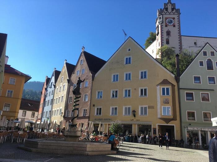 最寄り駅はフュッセン。ミュンヘンから電車で約2時間ほどです。行き方は難しくありませんが、限られた時間内に観光するのであれば日帰りツアーに参加するのもいいですね。