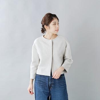 きちんとして見えるジャケットも、白っぽく明るいカラーが入園・入学式にぴったり。こちらのジャケットは全体に浮き模様が入っていて、さりげないおしゃれを楽しめます。フォーマルな場面ではスカートやパンツと合わせてかっちりと着こなし、普段はデニムなどと合わせてカジュアルに着まわすのも素敵です。