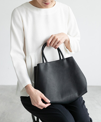 シンプルなハンドバッグは、ひとつあるとどんなシーンでも使えて便利です。革の風合いをたっぷりと感じられ、ころんと丸みのあるフォルムが素敵ですね。使うほどに風合いが増していく革のバッグは、お子さんの成長とともに長く使いたくなるものになりそうです。
