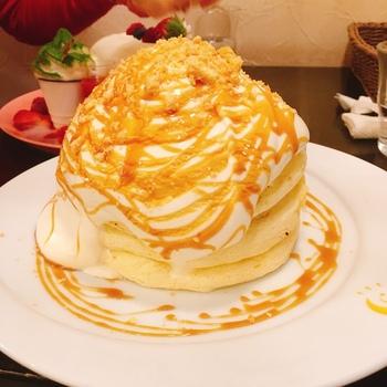 スフレのようなふわふわが有名な『茶香』のパンケーキ。こちらの「星(あかり)」というメニューには、ふわふわのパンケーキにたっぷりの生クリームが特徴。パンケーキの上にはバナナがのっていてクリームに隠れています。ボリュームに反してエアリーな口当たりで、あっという間に食べきってしまうのだとか。