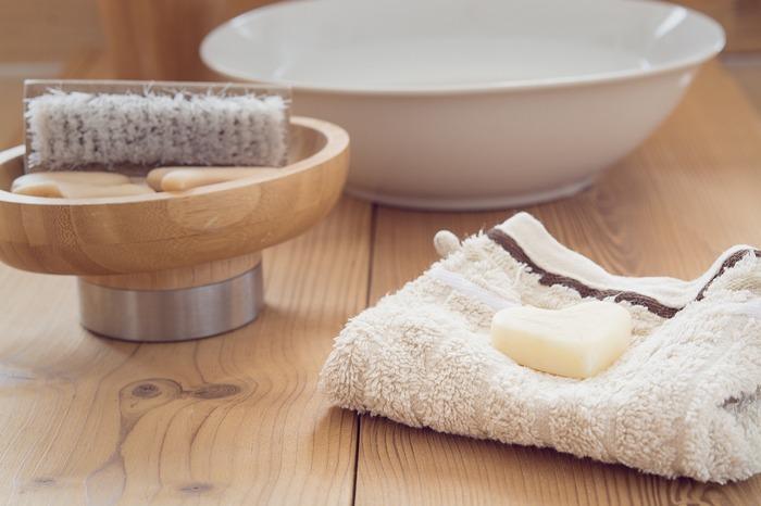 下着を長持ちさせるなら「手洗い」が一番です。繊維を傷めにくい「おしゃれ着用洗剤」がおすすめです。洗面器にぬるま湯を入れ、しばらくつけ置きしておくと、汚れも落ちやすく生地に負担もかけません。どうしても洗濯機を使う場合は、必ずネットに入れましょう。