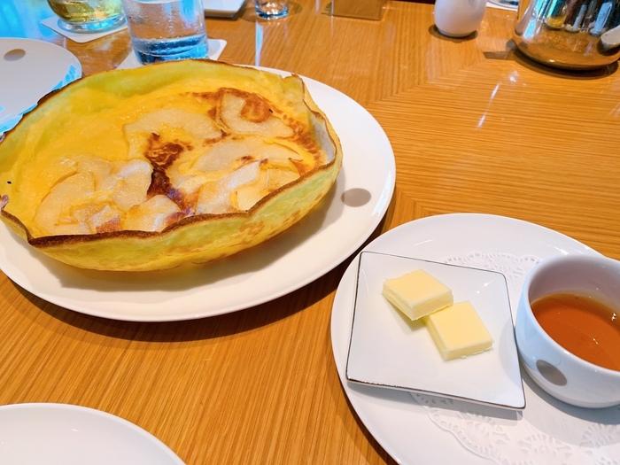 こちらのパンケーキは薄く大きいのが特徴です。生地をフライパンの隅々までいきわたらせ、オーブンで焼くのだとか。クレープのようでもっちりした食感に、リンゴの歯ごたえがベストマッチ。バターをのせて芳ばしく、メイプルシロップの上品な甘さを味わって。生地の端のパリパリした部分も美味しいです。