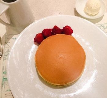こちらの「インペリアルパンケーキ」は1953年、帝国ホテルのライト館にあった『ガーデンバー』から長年愛され続けてきたメニュー。シンプル、上品で飽きのこないパンケーキは、ホテルの、パンケーキの歴史を感じる味わいです。