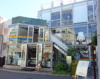 『レインボーパンケーキ』は明治神宮前駅から歩いて約4分のところにあります。店名からもわかる、虹色ラインの外観が目印です。