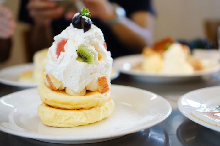 こちらのメニューはホイップした生クリームと季節の果物がたっぷりのった「季節のフルーツ」。ふわふわのパンケーキに、ふわふわ生クリームがとろける食感です。ぺろりと食べられちゃいます。