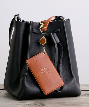 「HIGHTIDE」のパスケースは、水に強いPVC素材で表面にはシボを施しているので、汚れも目立ちにくいのがポイントです。ポケットふたつを備え、複数枚持ちにも対応。