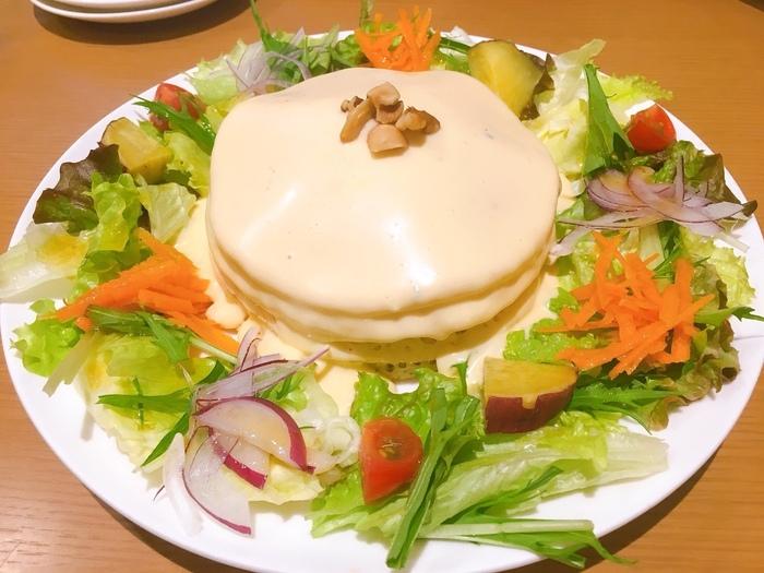 お食事系のパンケーキもあります。こちらは「4種類のチーズフォンデュのパンケーキ」、コクのあるチーズがふかふかのパンケーキによく合います。新鮮なお野菜もたっぷりのっているのが嬉しいポイントです。