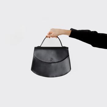小さめサイズのハンドバッグも、上品で大人っぽい印象。こちらのバッグは、ブライドルレザーの程よい光沢感と、丸みのあるフォルムがエレガントで素敵です。底の部分にマチがあるので、コンパクトな見た目以上の収納力があります。お財布やハンカチ、携帯電話など、列席する際に必要なものは一通り入れられそうですね。
