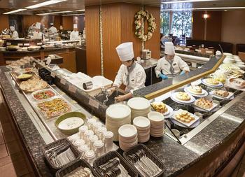 """""""オールデイダイニング""""という名のとおり、和・洋・中と、さまざまな料理をいただけるのが、ホテルメトロポリタンの中にある「クロスダイン」。  食べ放題のランチビュッフェで人気のお店です。実は、和・洋・中のほか、スイーツのラインナップもすごいんです!"""