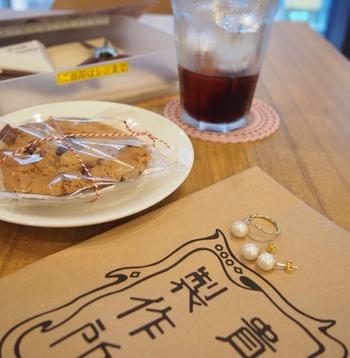 パーツを購入したら、カフェで飲み物やスイーツを注文してアクセサリー作り。ほろほろ散らばってしまうクッキーは、作業後のお楽しみ♪