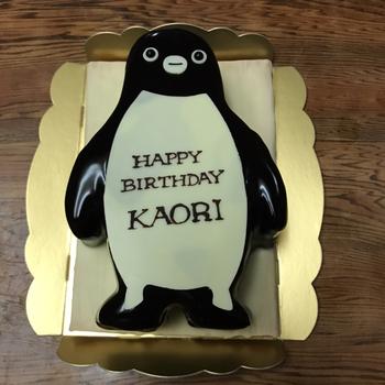 このように、名入れサービスをしてくれる誕生日ケーキもありますよ!誕生日ケーキを買いたい場合は、予約必須です。  とくに可愛いものが好きな女性、子供にはたまりませんよね。とっておきのサプライズをもらたす、誕生日ケーキになりそう!