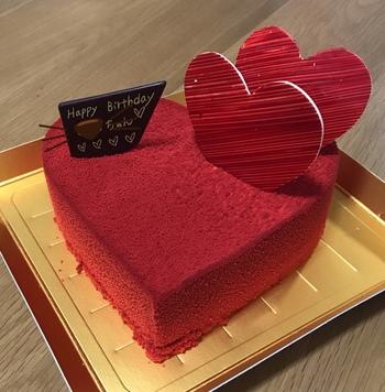 誕生日ケーキといえば、可愛く飾られたファンシーな雰囲気のものが多いですが、こちらの「クール・ルージュ」は、大人のカッコよさがありますね。  マンダリンといちごのムースが織りなす絶妙な味わいで、 15cm (4~5人分)サイズ、18cm(6~8人分)サイズの2タイプで販売しています。名前も入れてくれますよ*