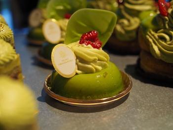 こちらの「ピスターシュ・フランボワーズ」もおすすめのケーキ。  色からもお分かりになるとおり、ピスタチオの風味を楽しめるスイーツ。なかに忍ばせているのは、甘酸っぱいフランボワーズですよ*
