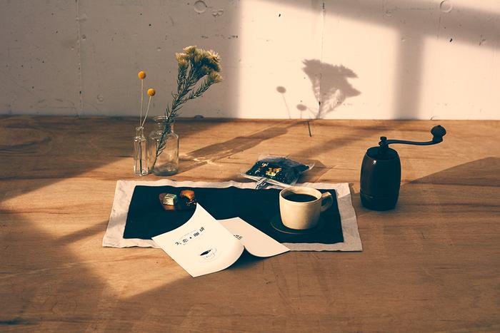 終わった恋を忘れるために味わう、7日分のコーヒーと7話の短編エッセイ集。「失恋珈琲」と名付けられたこのセットは、失恋に特化したコンテンツを手がける株式会社ヒャクマンボルトの「失恋ワークス」が新たに企画したプロジェクト。  まずは、「失恋珈琲」がどんなものなのかを、もう少し詳しくご紹介しましょう。