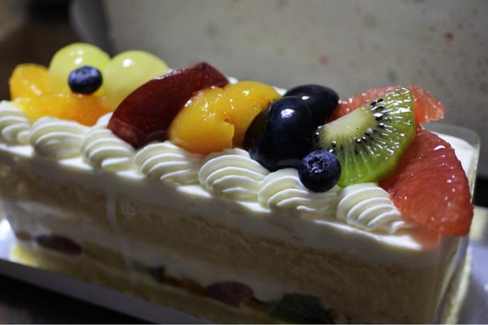 そんな果物屋さんの京橋千疋屋ですが、このように色鮮やかな、生クリームとフルーツのケーキも扱っていますよ。