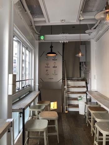 2階がカフェスペースになっています。壁側と窓側にカウンターがあり、光がたくさん入る明るい雰囲気。内装もフレンチカントリーで可愛いですね!