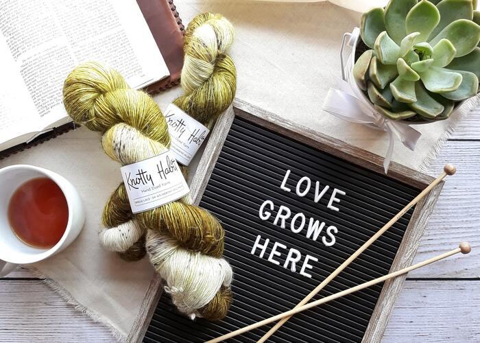 ウエアや小物、インテリアアイテムまで、春・夏に楽しめる編み物の糸やキット、パターンブックなどをご紹介しました。心を落ち着けて手を動かす編み物は、忙しい日常の癒しになってくれます。季節を問わず、編み物のある毎日をもっと豊かに楽しみませんか?