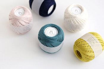 スーピマ綿の自然な光沢を活かし、あえて強い光沢を抑えたコットンレース糸。ほどよいツヤ感と美しいカラーバリエーションが魅力です。