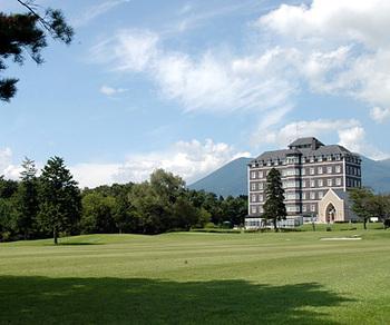 英国スタイルのリゾート型施設「ウェルネスの森」は、ゴルフ場付きのホテルです。ホテル内のレストラン「ラ・フレノアス」では那須の食材を使用した贅沢なコース料理を提供しています。