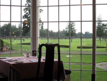 レストランからの景色は、ゴルフ場のグリーンが広がり、那須連山も望める絶景。爽やかな英国リゾート気分を盛り上げます。