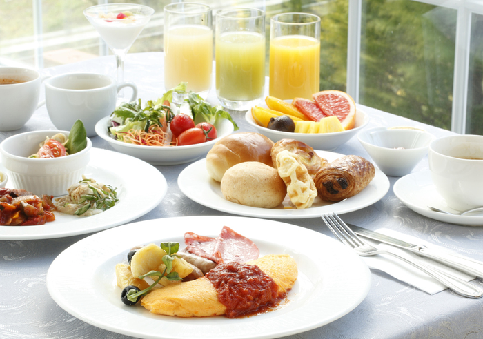爽やかな高原の空気を感じながらの朝食も格別。その場で調理する那須御養卵のオムレツを始め、焼き立てフレンチトーストや新鮮サラダ、豊富なドリンクまで和も洋も色とりどり。目移りしてしまうような料理をバイキング形式で用意してくれます。