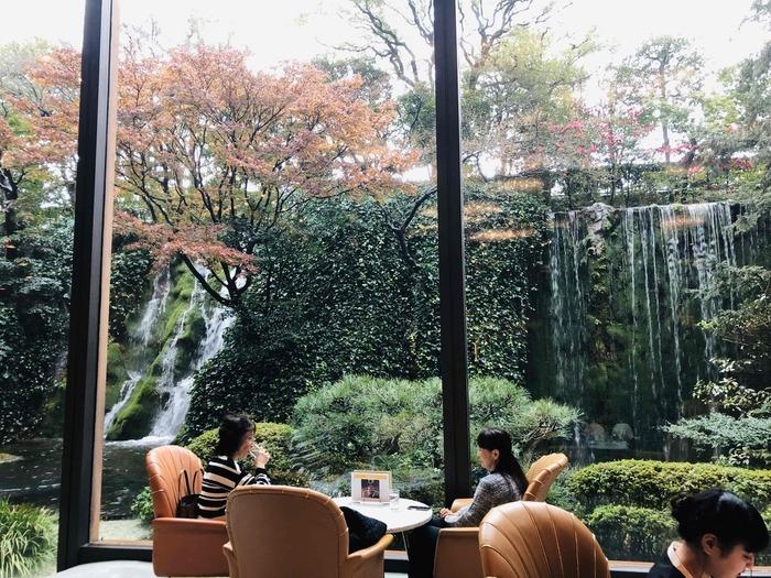 こちらも、ウェスティンホテル大阪と同様に解放感たっぷり。「リーガロイヤルホテル 大阪」のメインラウンジで実施されている、アフタヌーンティです。