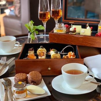 アフタヌーンティーは、もともとイギリスの貴族の間で社交として広まったもの。紅茶とともにお菓子などをいただく習慣を指しますが、幅広い分野の会話を楽しみながら交流を図る場として使われていました。