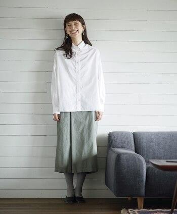 ホワイトシャツのクリーンさを際立たせるなら、シンプルなアイテムでコーディネートするのが正解。