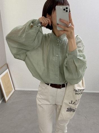 ふんわりシャツをタックインしてバランスよく。エメラルドグリーンはホワイトとの相性が良いので是非スタイリングの参考にしてみてはいかがでしょうか。